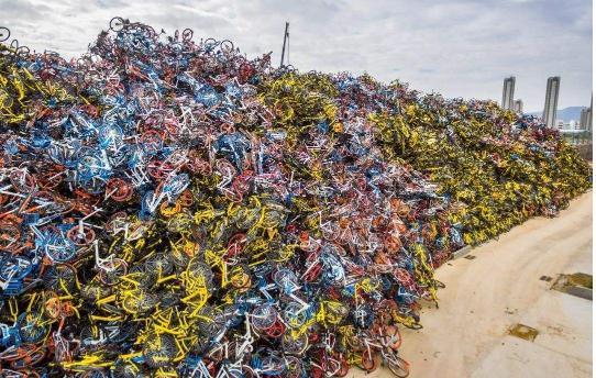 """时评:共享单车""""坟场""""引发的共享单车的回收难题"""