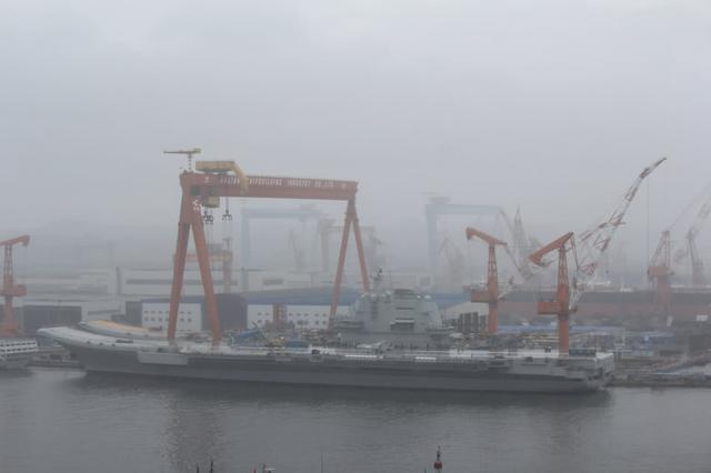首艘国产航母甲板现歼-15舰载战斗机和直-18舰载直升机模型