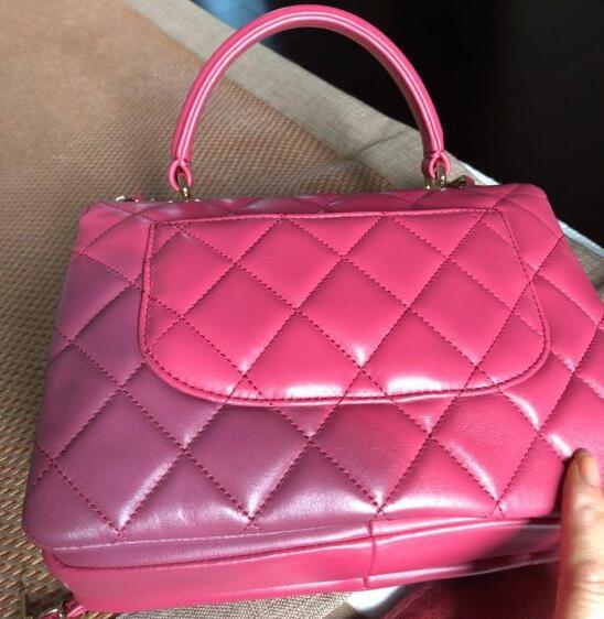 38000买的香奈儿包包用湿毛巾擦拭了一下从粉变紫,香奈儿:没办法!
