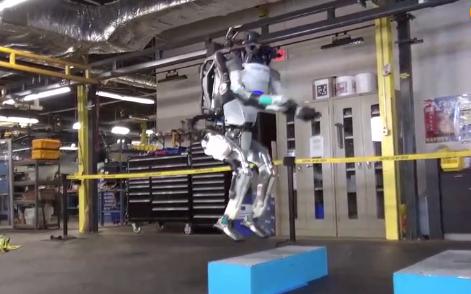 波士顿动力公司人形机器人ATLAS 高台跑酷如履平地