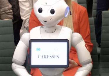 软银Pepper胡椒机器人出席英国下议院听证会作证