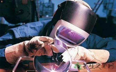 电焊工如何来保护眼睛,眼睛被灼伤怎么办?