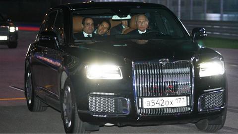 普京驾驶新车Aurus带埃及总统在索契F1赛道上兜风