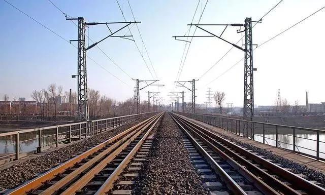 为什么火车的轨道不用不锈钢,而是生锈的铁?