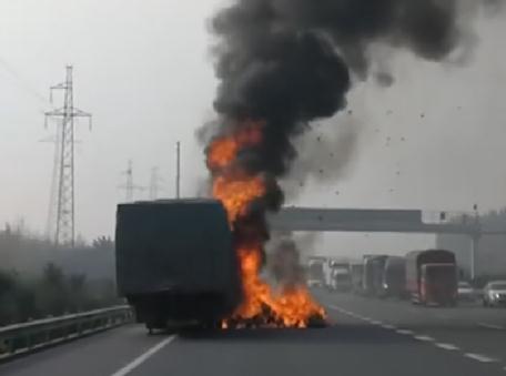 西安载空调车起火事件始末及原因分析