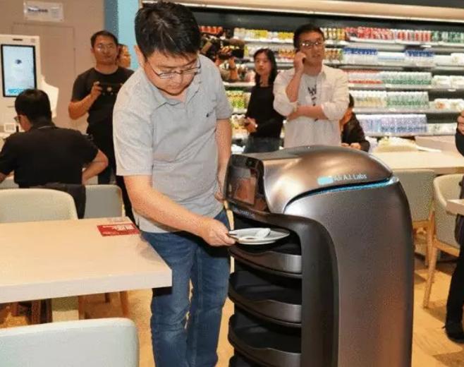 """进博会上阿里巴巴的自动收餐机器人""""谷神星"""""""