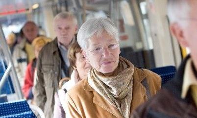 英国准备征收年龄税 英国老人将为自己晚年护理服务