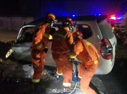 西安纺渭路重大车祸已致9人死亡:水泥罐车与面包车相撞