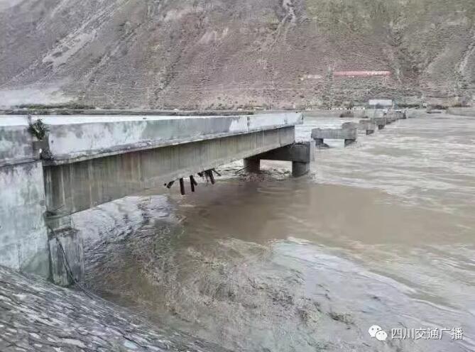 金沙江大桥被冲毁:堰塞湖泄流洪峰冲毁大桥,318国道中断
