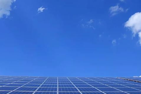 一块光伏电池板一年到底能发多少度电