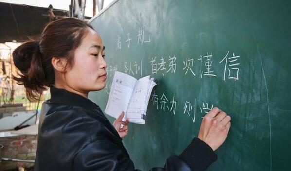义务教育教师工资水平不低于当地公务员三年内解决