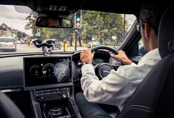 """捷豹路虎正在测试""""绿灯最优速度建议"""")技术 测试车型为捷豹F-Pace"""