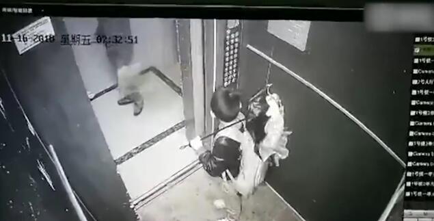 男孩拿雨伞卡电梯玩耍险被带飞