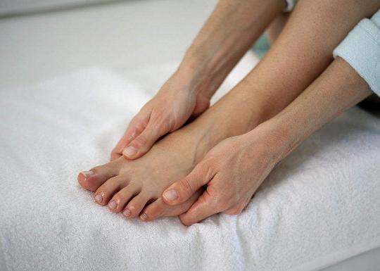 脚指甲有黑点是怎么回事?大脚趾指甲里面有黑斑是癌症吗?