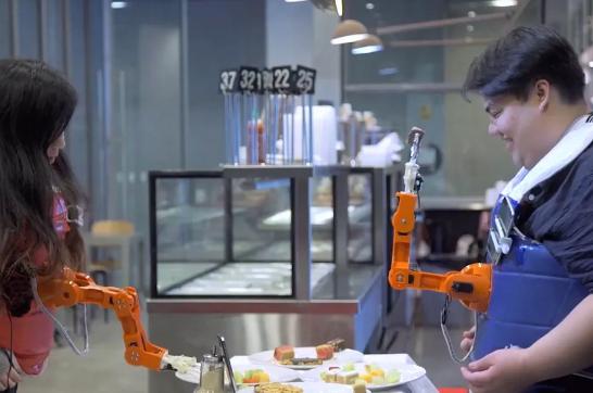 智能穿戴机器人手臂:自动喂饭将食物送到我们嘴边