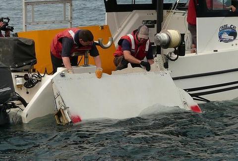 MH370遇难者家属称找到马航残骸,将移交给马来西亚政府