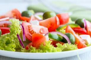 《神经学》新研究称:多吃蔬菜和水果或可降低男性失忆风险