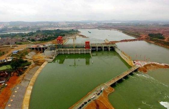 邕宁水利枢纽工程首台水轮发电机顺利并网发电