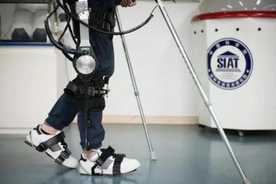 中科院科研人员利用外骨骼机器人帮助残疾人行走
