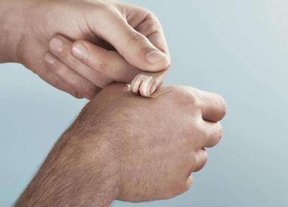"""光响应""""无痛""""胶布:一种可强力粘合水凝胶和身体组织的新型胶布"""
