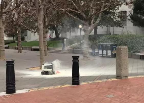 美国送餐机器人爆炸,可能是误插电池