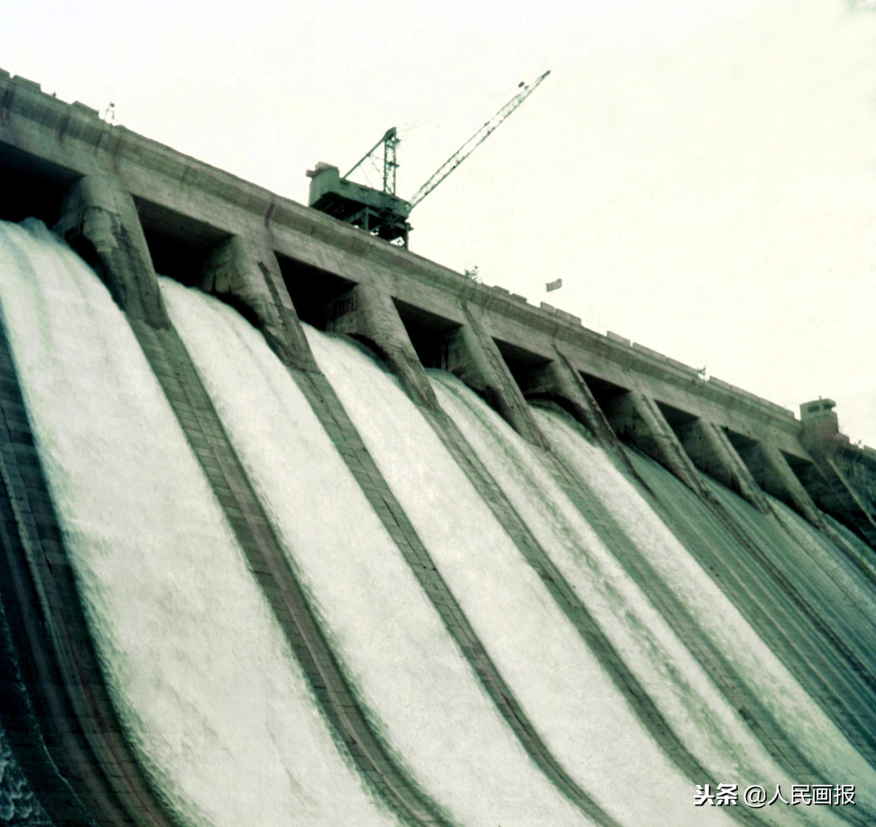 吉林丰满水电站大坝正在爆破拆除
