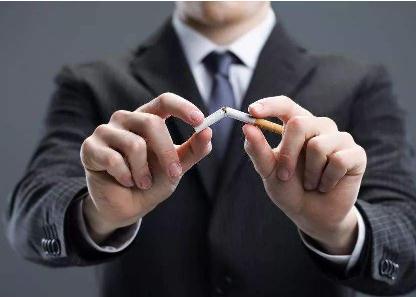 王府井百货大楼吸烟区不合规定,待取消