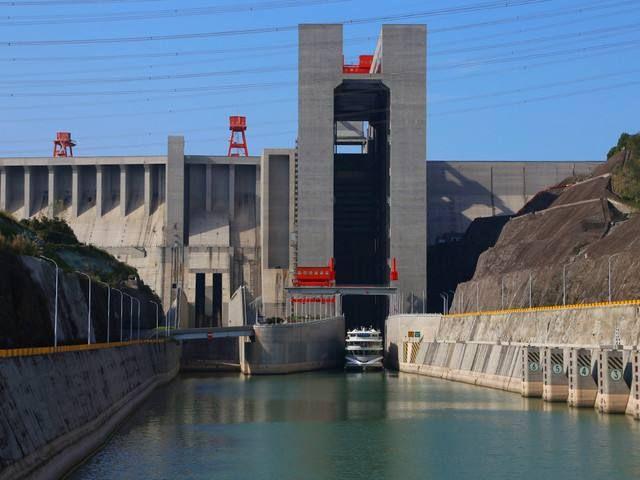 """三峡升船机让千吨级巨轮""""坐电梯""""翻大坝,40层楼高只需40分钟"""