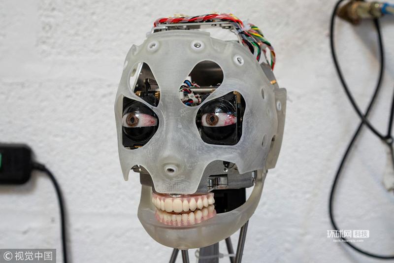 人工智能机器人Ai-Da能通过仿生眼和手给人画像