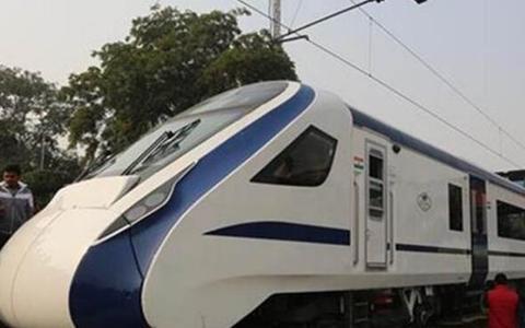 """印度首辆国产准高铁列车""""致敬印度""""号(Vande Bharat Express)正式投入运行"""