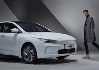 吉利发布纯电动轿车GE11官图,采用官方名为量子银盾车标