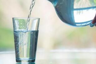每天饮水多少杯比较好?研究表明口渴的时候喝水就可以了