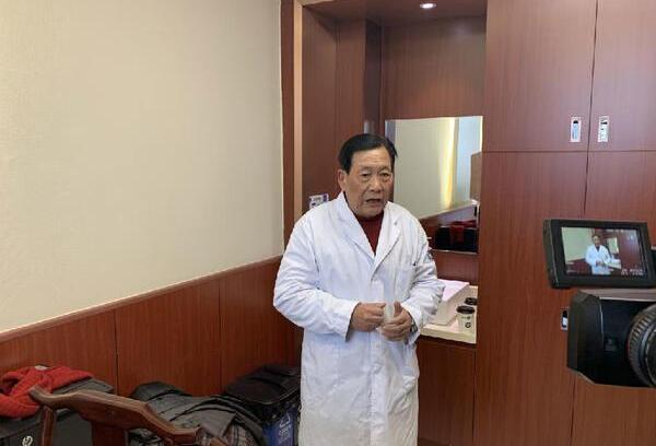 73岁老中医李为群成网红医生,示范颈椎操动作超可爱!