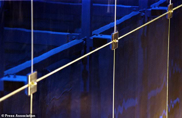 英科学家将玻璃和金属通过超高速激光系统焊接在一起