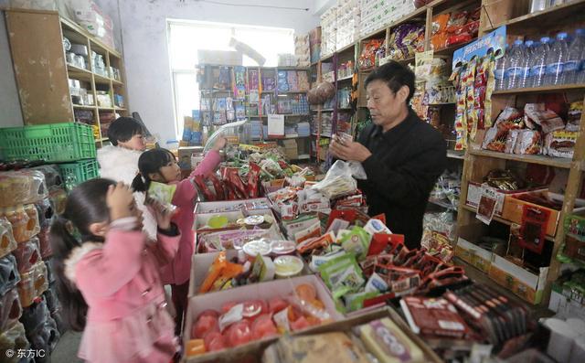 小卖部、超市等退出中小学校园及幼儿园,并建立集中用餐陪餐制度