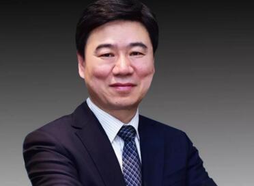 解放军总医院刘荣利用5G网络远程超控机器人进行实验猪肝小叶切除手术