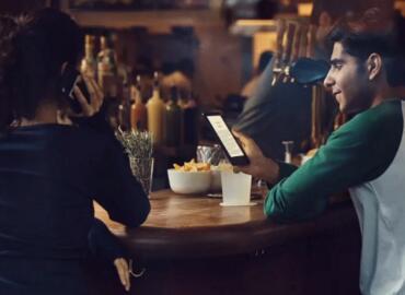 亚马逊推出新款入门级Kindle电子书阅读器,内置可调节阅读灯