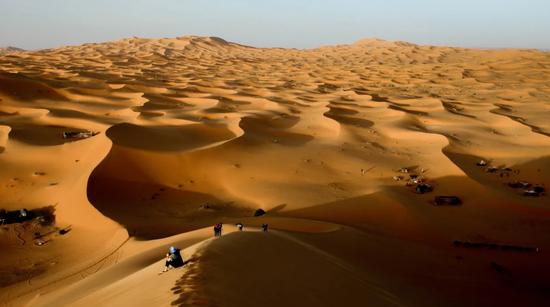 如果将撒哈拉沙漠建造成太阳能农场需要解决哪些问题?