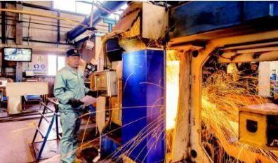 山东济南的桑梓店焊轨基地生产的高铁焊轨质量优良率均达100%