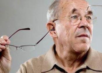 """近视眼患者年老时不会""""老花"""":这是没有科学依据的误解"""