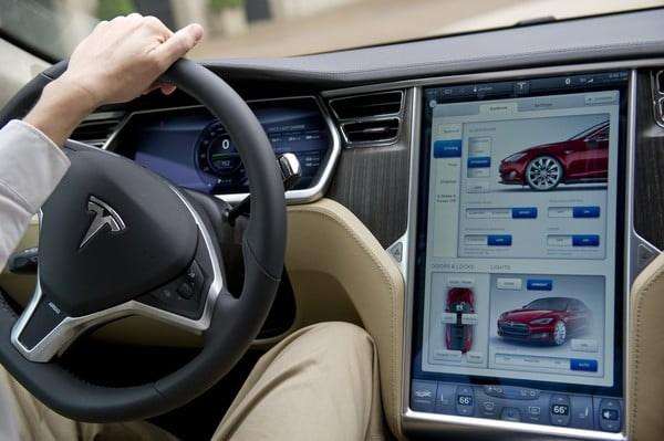 马斯克:特斯拉将支持在汽车中央信息娱乐屏幕上观看YouTube