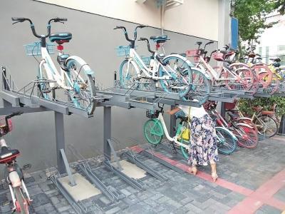 郑州市共享单车立体停车位走红,取放单车存安全隐患惹人忧