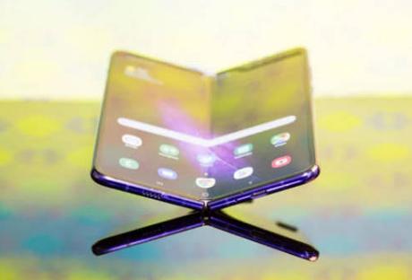 三星准备明年初推出第二款可折叠设备,可折叠成四方形