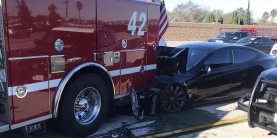 特斯拉撞上消防车:自动驾驶辅助系统Autopilot担责