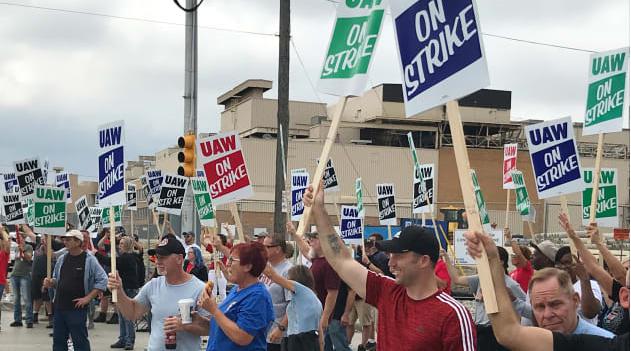 美国通用汽车工人大罢工进入第二日:工人挥舞标语表达诉求