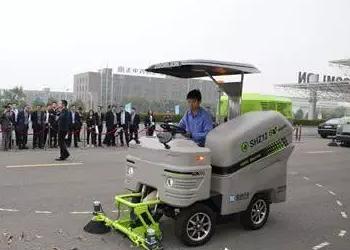 全球首个智能驾驶纯电动一体式清扫机器人现身长沙河西街道