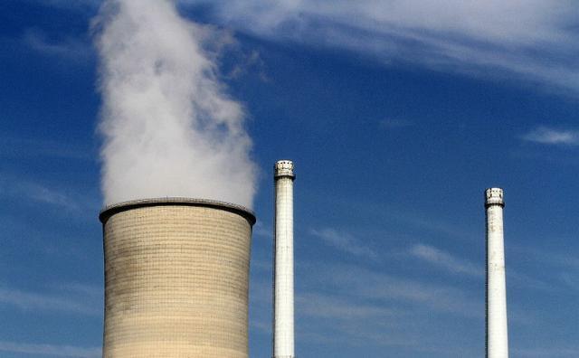 燃煤电厂的烟囱冒白烟要不要治理?生态环境部回应