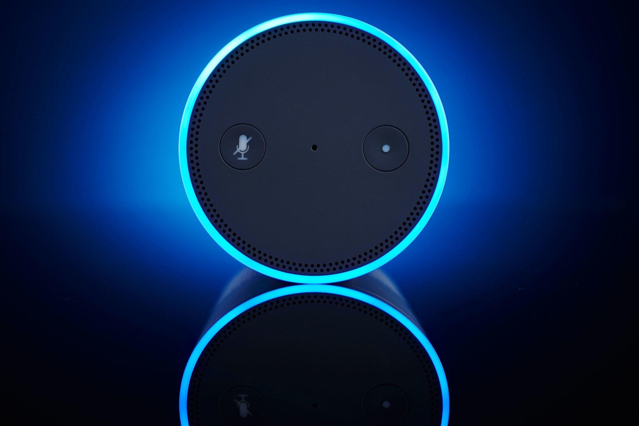 通过将激光调至精确频率并对准智能语音设备可激活并进行交互