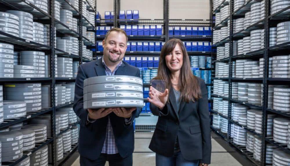 """微软与华纳兄弟合作推出便携式""""玻璃硬盘"""",使用寿命长至千年"""