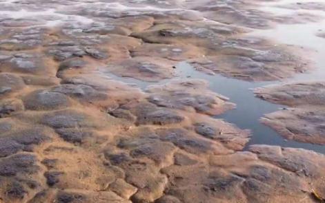 腾格里沙漠边缘再现大面积污染物,隐藏的环保欠账还有多少